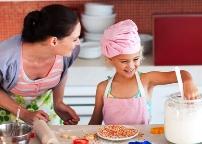 с дочкой на кухне